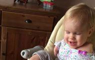 Κοριτσάκι που γεννήθηκε χωρίς χέρια μαθαίνει να τρώει με τα πόδια (1)