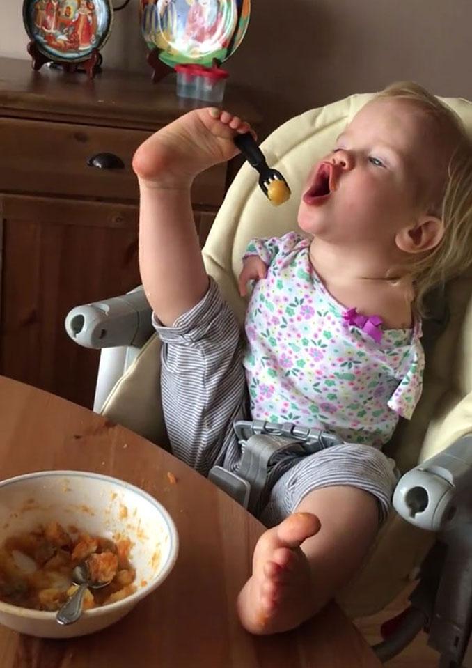 Κοριτσάκι που γεννήθηκε χωρίς χέρια μαθαίνει να τρώει με τα πόδια (3)
