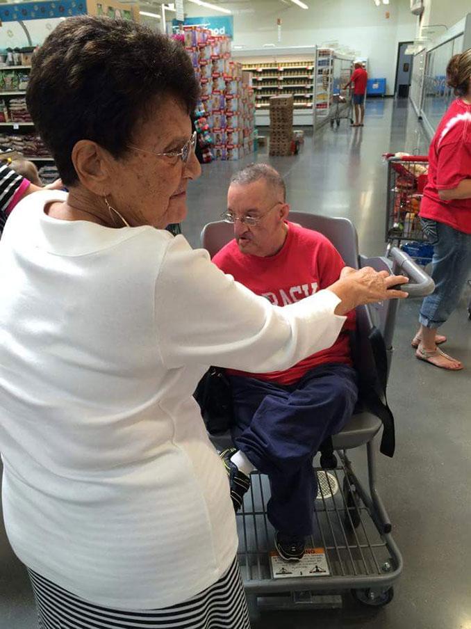 Μητέρα επανεφηύρε το καρότσι του σούπερ μάρκετ για να συμμετέχουν και τα ΑΜΕΑ στα ψώνια (7)