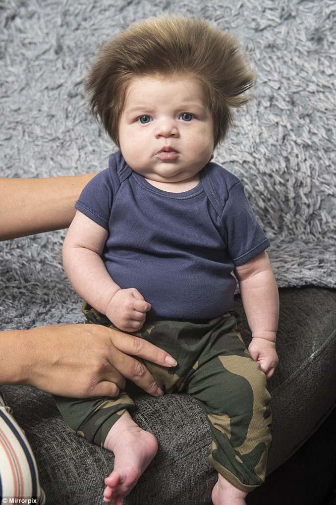 Μωρό 9 εβδομάδων με απίστευτο μαλλί (2)