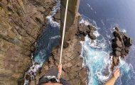 Πως είναι να ακροβατείς σε τεντωμένο σκοινί πάνω από βράχια που κόβουν την ανάσα
