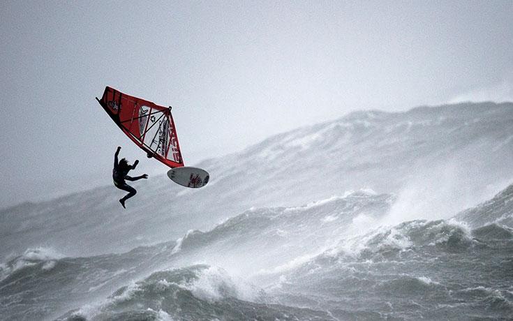Το windsurfing σε συνθήκες τυφώνα δείχνει τόσο τρελό όσο ακούγεται
