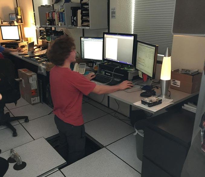 Όταν σου αρέσει να κάθεσαι όρθιος στο γραφείο σου, αλλά είναι πολύ χαμηλό... | Φωτογραφία της ημέρας