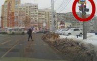 Σκύλος περιμένει να ανάψει πράσινο για να διασχίσει τον δρόμο