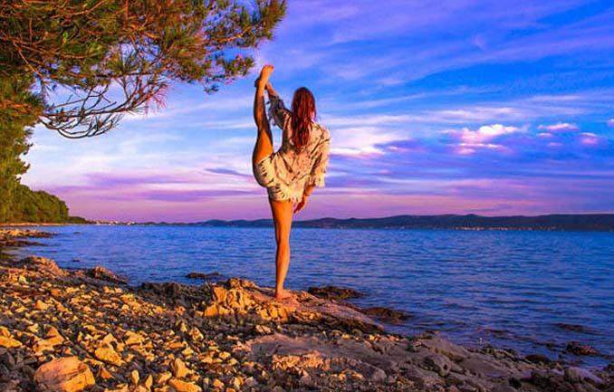 Σουηδέζα πιλότος κατακτά το Internet με την hot yoga της (11)