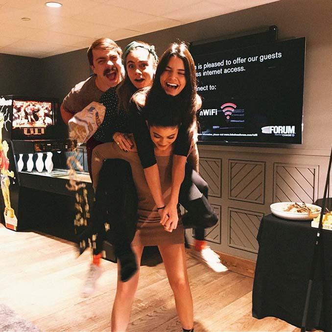 Εισβάλλει στις φωτογραφίες της Kendall Jenner με το Photoshop δίνοντας μια ξεκαρδιστική νότα (15)