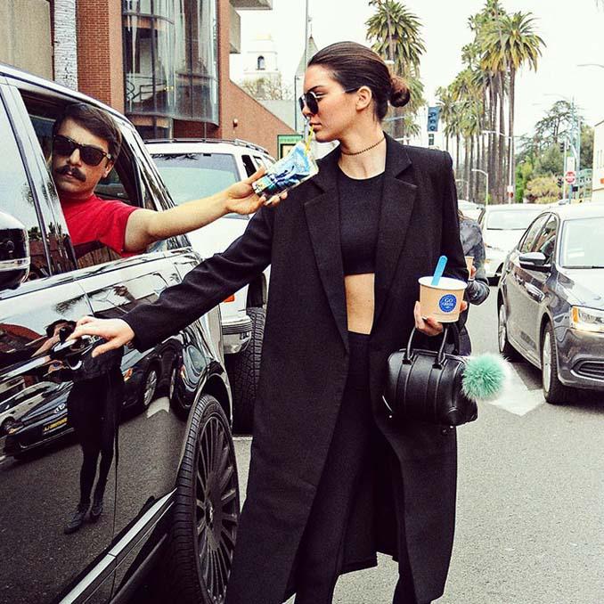 Εισβάλλει στις φωτογραφίες της Kendall Jenner με το Photoshop δίνοντας μια ξεκαρδιστική νότα (26)