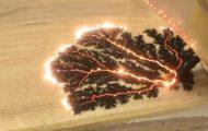 Εκπληκτική τέχνη με ηλεκτρισμό πάνω σε ξύλο