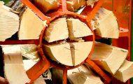 Το εντυπωσιακό μηχάνημα που μετατρέπει κορμούς δέντρων σε καυσόξυλα