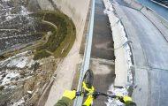 Ο Fabio Wibmer ισορροπεί κάνοντας ποδήλατο στην άκρη ενός φράγματος ύψους 200 μέτρων