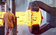 Κατασκευάζοντας τεράστια μεταλλικά μέρη σε ένα εργοστάσιο