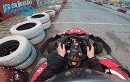 Μια κοπέλα πήγε πρώτη φορά για Go Kart