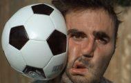 Μπάλα ποδοσφαίρου στο πρόσωπο σε αργή κίνηση