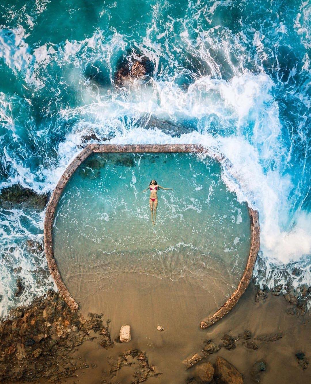 Όταν η θάλασσα δημιουργεί το τέλειο κάδρο | Φωτογραφία της ημέρας