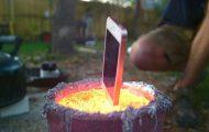 Δείτε τι συμβαίνει όταν ρίξεις ένα iPhone σε λιωμένο αλουμίνιο