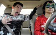 Τραγουδώντας Χριστουγεννιάτικα με την αγανακτισμένη μαμά στο αυτοκίνητο
