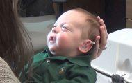 Αγοράκι 3 μηνών ακούει για πρώτη φορά τις φωνές των γονιών του