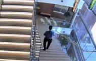 Άνδρας πέφτει από τις σκάλες σαν να μην τρέχει τίποτα