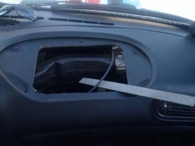 Το αυτοκίνητό του δεν είχε ντουλαπάκι οπότε αποφάσισε να αυτοσχεδιάσει... (7)