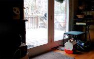 Έξυπνος σκύλος ανοίγει και κλείνει την πόρτα πίσω του για να αποφύγει το μπάνιο