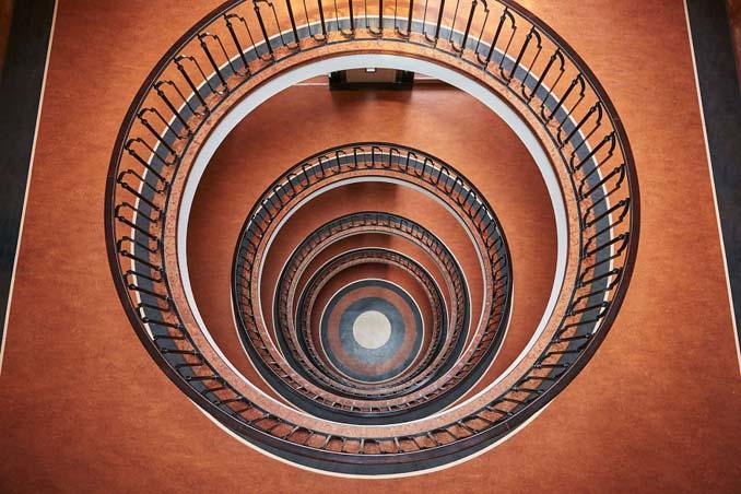 Φωτογραφίζοντας σπιράλ σκάλες σαν έργα τέχνης στη Βουδαπέστη (6)