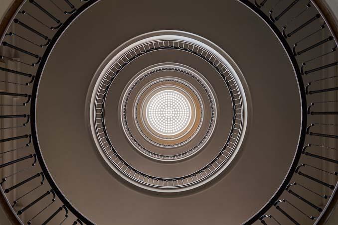 Φωτογραφίζοντας σπιράλ σκάλες σαν έργα τέχνης στη Βουδαπέστη (7)