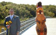 Η νύφη εμφανίστηκε στο γάμο με στολή T-Rex