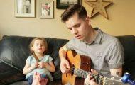 Πατέρας και 4χρονη κόρη τρελαίνουν το Internet τραγουδώντας «Εγώ κι εσύ μαζί»