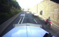 Αφηρημένος μοτοσικλετιστής προκάλεσε ένα περιστατικό που δεν βλέπουμε κάθε μέρα...