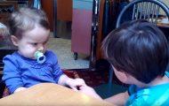 Εξηγώντας τον έρωτα μέσα από ένα ξεκαρδιστικό βιντεάκι με μωρά