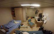 Εν τω μεταξύ σε μια καμπίνα πλοίου κοντέινερ κατά τη διάρκεια θαλασσοταραχής...