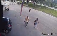 Περπατούσε αμέριμνος και του ήρθε μια ρόδα αυτοκινήτου στο κεφάλι