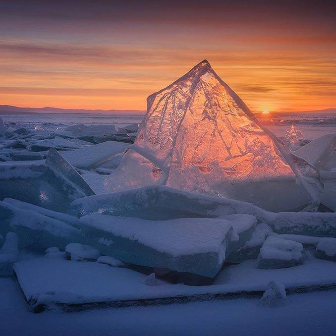 Όταν οι τελευταίες αχτίδες του ηλίου αγγίζουν τον πάγο της λίμνης Βαϊκάλης | Φωτογραφία της ημέρας
