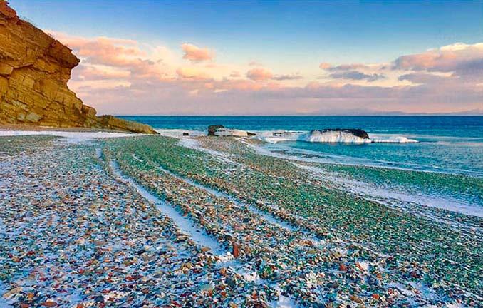 Οι Ρώσοι έριχναν μπουκάλια βότκας στη θάλασσα και η φύση τα μετέτρεψε σε βότσαλα από γυαλί (1)