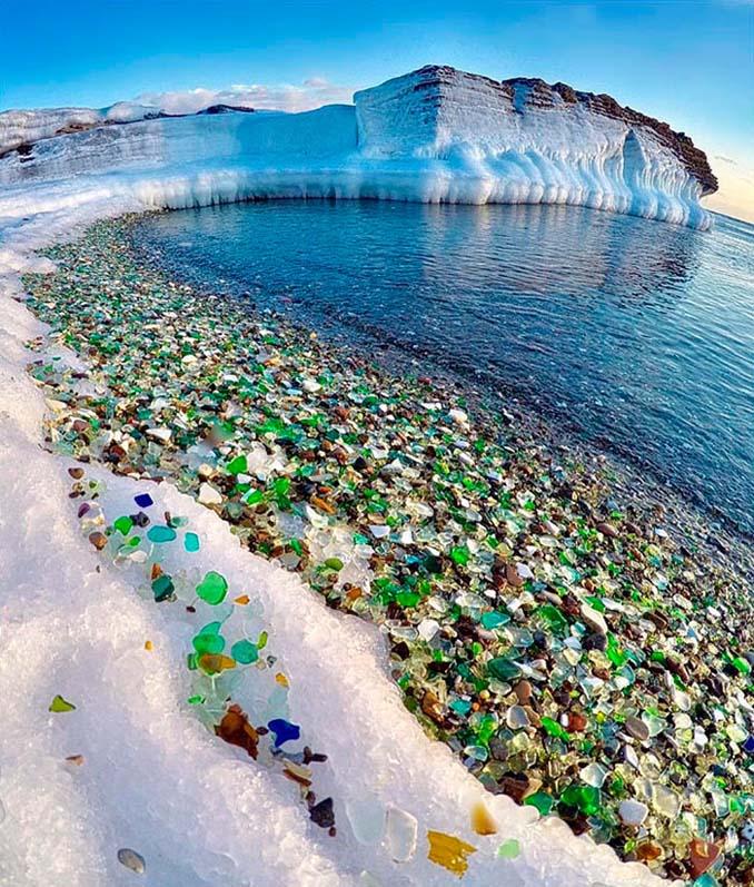 Οι Ρώσοι έριχναν μπουκάλια βότκας στη θάλασσα και η φύση τα μετέτρεψε σε βότσαλα από γυαλί (2)