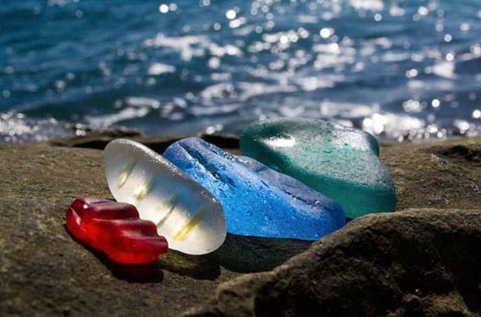 Οι Ρώσοι έριχναν μπουκάλια βότκας στη θάλασσα και η φύση τα μετέτρεψε σε βότσαλα από γυαλί (3)