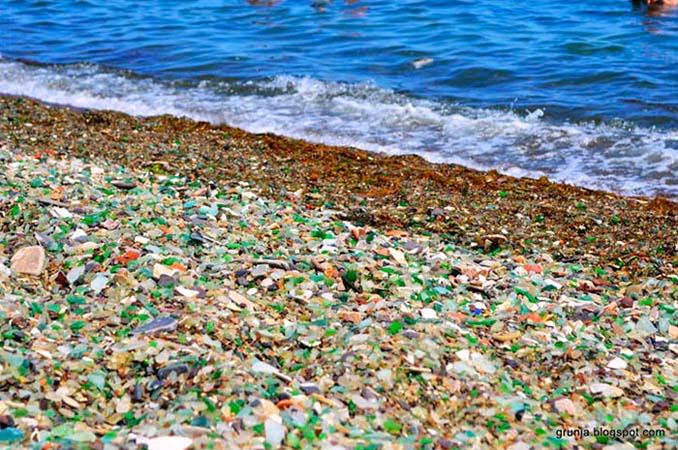 Οι Ρώσοι έριχναν μπουκάλια βότκας στη θάλασσα και η φύση τα μετέτρεψε σε βότσαλα από γυαλί (5)