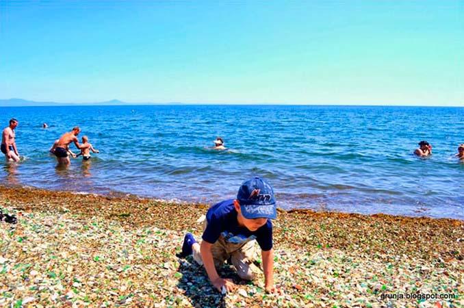 Οι Ρώσοι έριχναν μπουκάλια βότκας στη θάλασσα και η φύση τα μετέτρεψε σε βότσαλα από γυαλί (6)