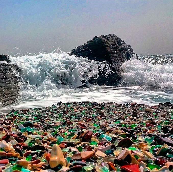 Οι Ρώσοι έριχναν μπουκάλια βότκας στη θάλασσα και η φύση τα μετέτρεψε σε βότσαλα από γυαλί (7)