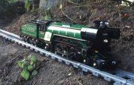 Σιδηρόδρομος Lego 50 μέτρων μέσα και γύρω από το σπίτι
