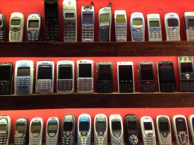 26χρονος έχει ίσως την μεγαλύτερη συλλογή από κινητά τηλέφωνα (3)