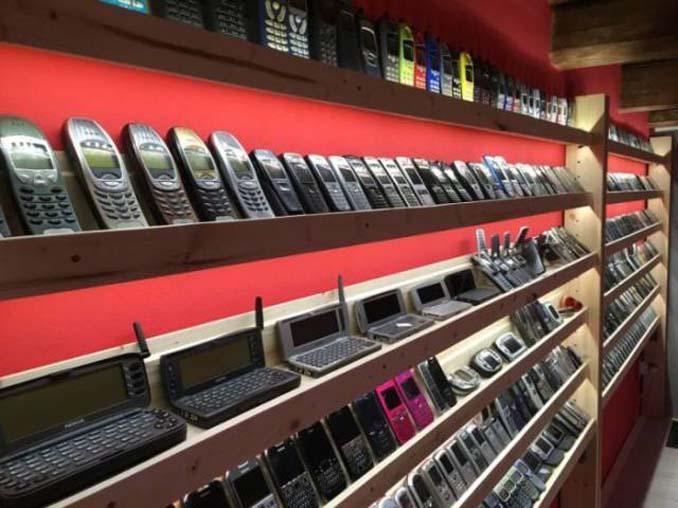 26χρονος έχει ίσως την μεγαλύτερη συλλογή από κινητά τηλέφωνα (4)