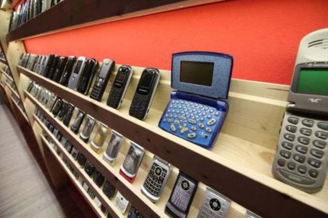 26χρονος έχει ίσως την μεγαλύτερη συλλογή από κινητά τηλέφωνα (6)