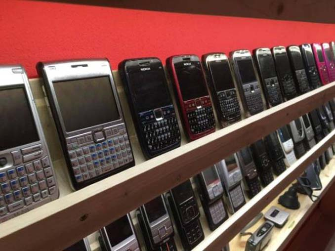26χρονος έχει ίσως την μεγαλύτερη συλλογή από κινητά τηλέφωνα (8)