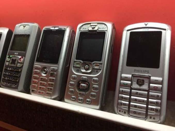 26χρονος έχει ίσως την μεγαλύτερη συλλογή από κινητά τηλέφωνα (9)