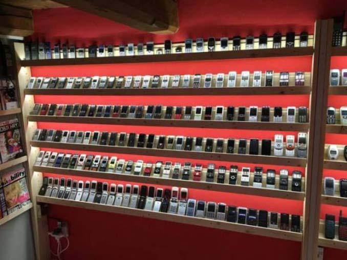 26χρονος έχει ίσως την μεγαλύτερη συλλογή από κινητά τηλέφωνα (11)