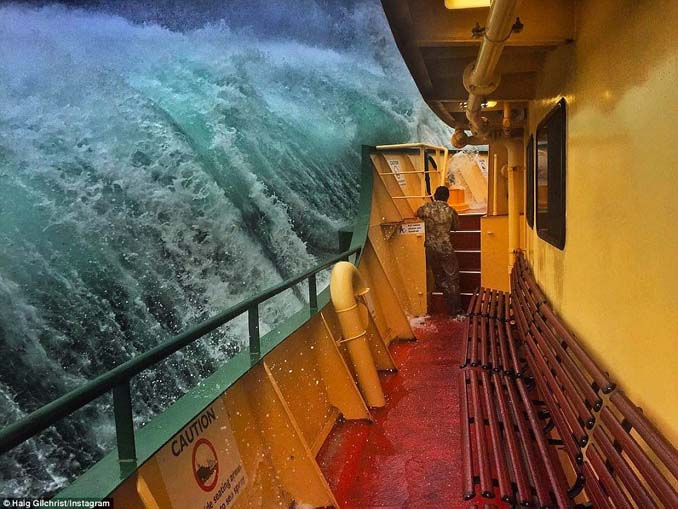Εντυπωσιακές φωτογραφίες από τη μάχη ενός ferry boat με τα κύματα (1)