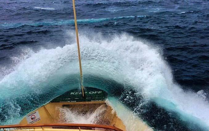 Εντυπωσιακές φωτογραφίες από τη μάχη ενός ferry boat με τα κύματα (2)