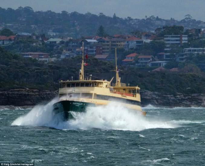 Εντυπωσιακές φωτογραφίες από τη μάχη ενός ferry boat με τα κύματα (3)