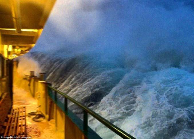 Εντυπωσιακές φωτογραφίες από τη μάχη ενός ferry boat με τα κύματα (4)
